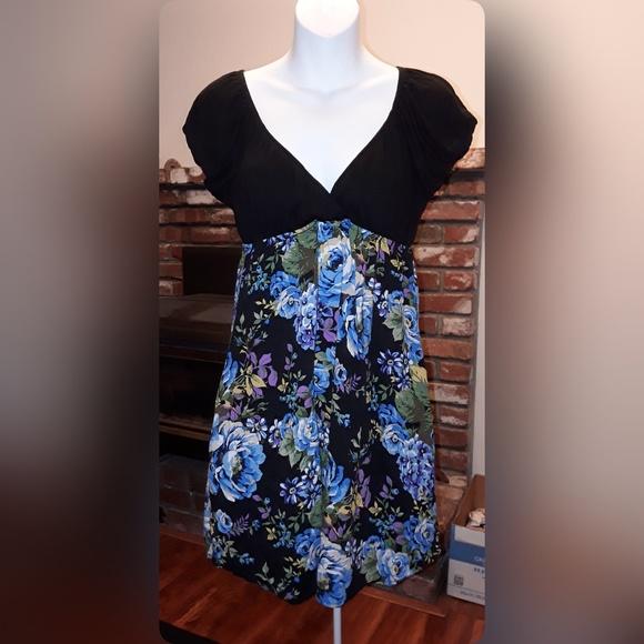 Full Tilt Dresses & Skirts - Full Tilt Floral and Black Dress with pockets